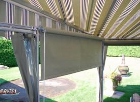 Vue intérieur avec rideaux sur rouleau de tissus agencé ainsi que rideaux de vinyle claire sur rails